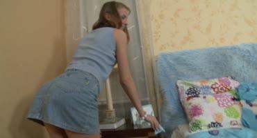Молоденькая девушка делает приятно своему любимому