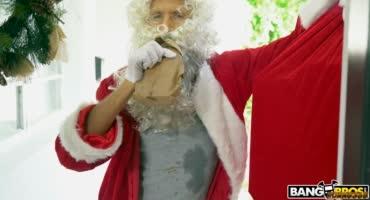 Санта Клаус подарил красоткам праздничный ЖМЖ