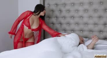 Устраивает подарок на новый год в сексуальном бельишке на члене парня