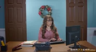 Зрелка на работе в офисе сделала перерыв на трах
