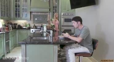 Мамаша отправляет свои голые фото сынишке и сосет ему пока он не видит кто