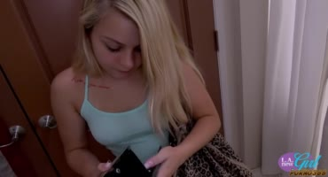 Молодая блондиночка успешно прошла кастинг