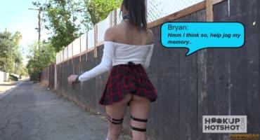 Юная латиночка в короткой клетчатой юбке пришла на порно кастинг