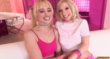 Блондинки трахают свои попки разными игрушками и стонут от удовольствия