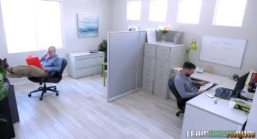 Новый сотрудник классно обосновался и вдул своей начальнице