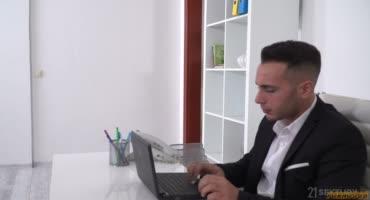 Охранник наблюдает по камерам, как крошка трахается в офисе