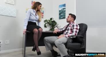 Сочная малыха была не против сделать перерыв на секс в офисе