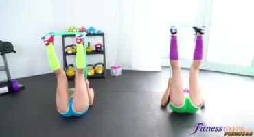 Три лесбо подружки занялись шалостями на фитнесом тренировке