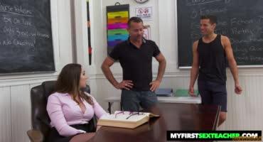 Похотливая преподавательница зажигает с учеником