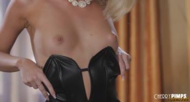Изящная блондинка красиво извивается на фаллосе трахарька