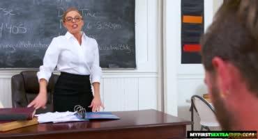 Красивая учительница показала свои большие сиськи ученику
