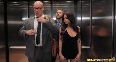 Лысый парень случайно застрял в лифте с сексуальной брюнеточкой