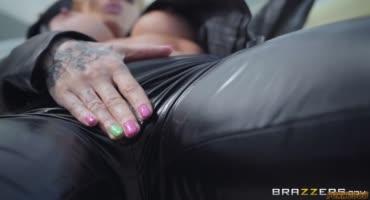 Парень разорвал штаны блондинке и жестко трахнул её киску в масле