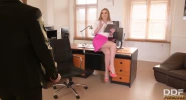 Секретарша трахнулась с начальником и курьером в офисе