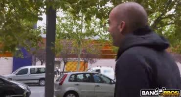 Страстная Вероника Леал раскрыла ножки перед членом на улице