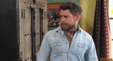 Милфа с большими дойками отымела татуированного мужика