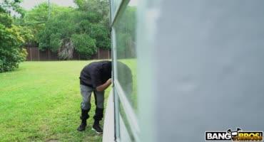 Грабитель ворвался дом к хозяйке и оттарабанил ее