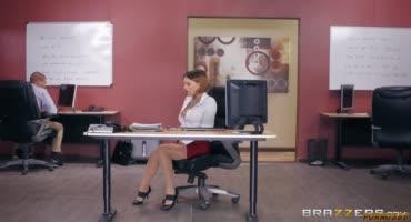 Самая шаловливая сотрудница дала во время работы на столе