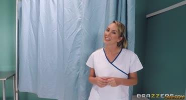 Медсестра-Бретт Росси в сексуальных чулках сидит на члене пациента