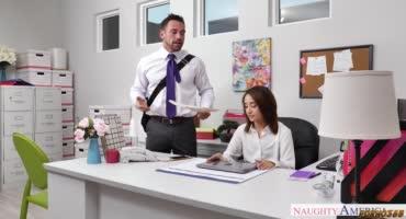 Секретарша прям на работе стала теребить вареник, пока ее не выебал начальник