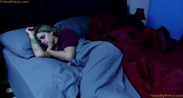 Возбудившийся братец пришел ночью к спящей сестре за сексом