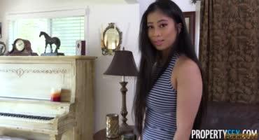 Азиатка с классными натуральными формами принимает дома любовника