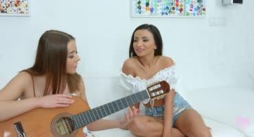 Занялась сексом со своим учителем по игре на гитаре
