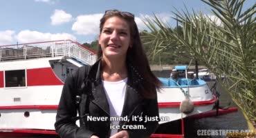 Вместо мороженного милашка получила член в рот