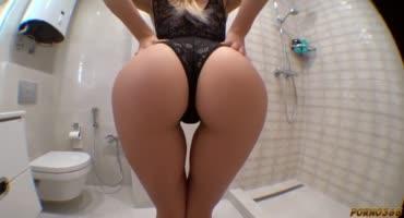 Пацан развлекает жопастую женушку в ванной комнате