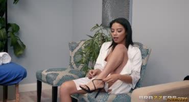 Майя Биджоу пришла на массаж, и получила в нагрузку член Дэймона Дайса
