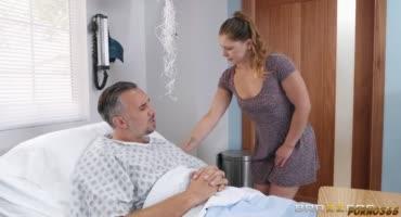 Сексуальная медсестра уже с самого утра сидела на члене пациента
