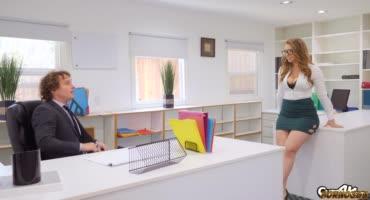 Форменная офисная сучка соблазняет напарника и трахается с ним прямо в офисе