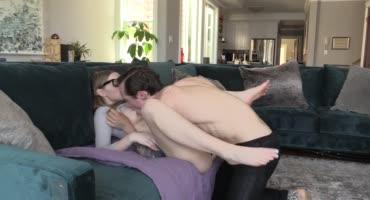 И пока родителей нет дома, подростки трахаются на диванчике