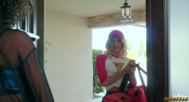 Мулатка расплачивается сексом перед блондинкой из-за пиццы
