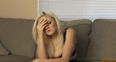У блондинки глубокая рабочая глотка и большой анал