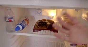 Лукас Фрост попробовал тортик, а затем киску мамаши Рейган Фокс