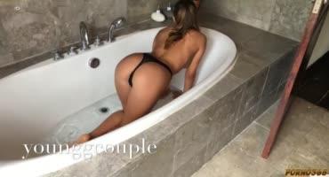 Красотка присела в ванне на член в своих черных трусиках