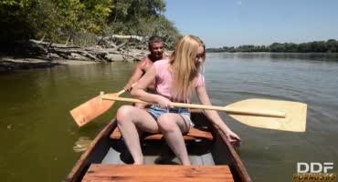 Накачанный парень трахает сексуальную блондинку на речке