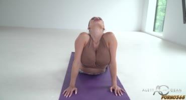 Занялась жарким сексом со своим тренером посреди тренировки