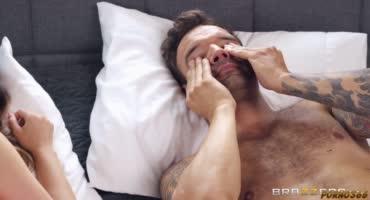 Вернулся с ванны и застал Квин Вайлд за мастурбацией
