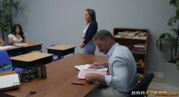 Грудастая студентка ловко хомутает фаллос препода на учительском столе