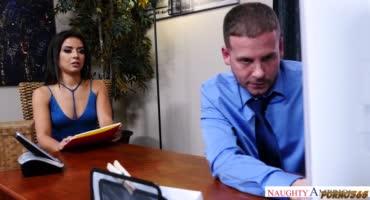 Жопастая шлюшка пришла к боссу в офис и на столе наклонилась раком для ебли