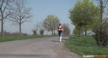 Молодая деваха трахается посреди поля в машине с мужиком