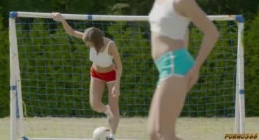 Три милые девушки трахают парня на футбольном поле