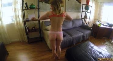 Заводная девчонка занималась спортом дома и дико возбудилась