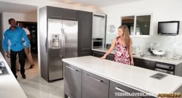 Негры трахают юную самочку прямо на её кухне