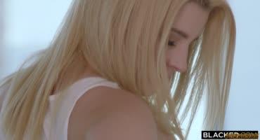 Ангельская блондиночка скачет на члене негра