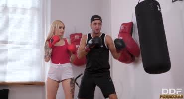 Учит телку боксировать и ставит ее раком на тренировке