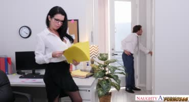 Молодой начальник не устоял перед мандой брюнетки и хорошо трахнул её