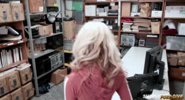 Знойная блондиночка потрахалась с охранником в его кабинете